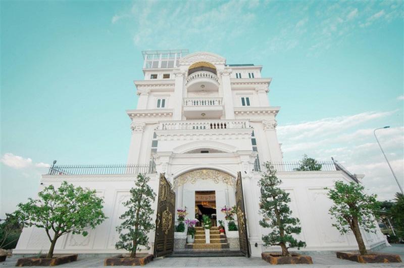 Căn biệt thự nằm ở quận 2, sát sông Sài Gòn là món quà Lý Nhã Kỳ tự thưởng cho cô sau hơn 10 năm hoạt độngkinh doanh.Tổng diện tích nhà, kể cảsân vườnlà 600 mét vuông.