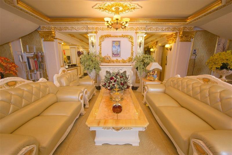 Lý Nhã Kỳ cho thiết kế ngôi nhà theo phong cách hoàng gia châu Âu. Đá lát nhà là đá hoa cương nhập khẩu, còn các thiết bị nội thất đều nhập từ châu Âu.