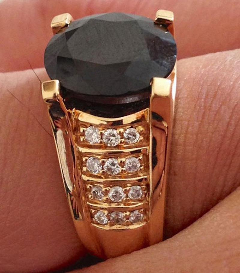 """Nữ đại gia từng hào phóng tặng người yêu chiếc nhẫn kim cương đen trị giá vài nghìn USD cùng nhiều món quà giá trị khác.  Đến nay,Yvonne Thúy Hoàng và Vũ Hoàng Việt đã """"đường ai nấy đi""""."""