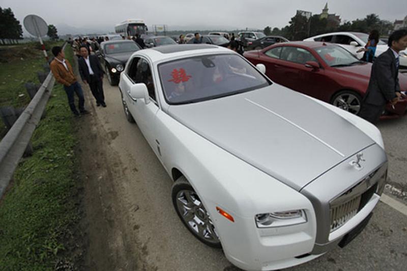 Đám cưới này được coi là bữa tiệc chiêu đãi độc nhất vô nhị của gia chủ dành cho quan khách bên cạnh màn rước dâu bằng siêu xe vô cùng hoành tráng.