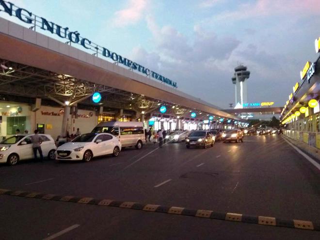 """Hai nữ tiếp viên hàng không xinh đẹp """"choảng nhau"""" ở sân bay Tân Sơn Nhất"""