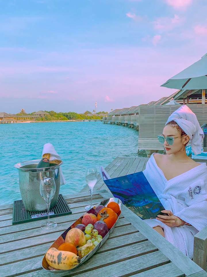 Dien bikini nong bong ben ban trai giau mat, HLV Minh Hang bi fans boc me loi... chiec quan!
