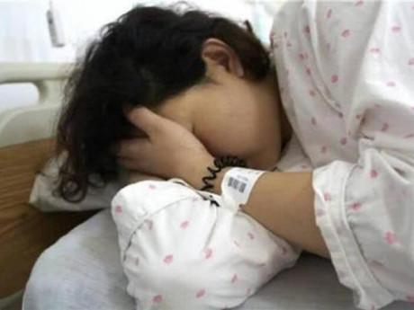 Mẹ 22 tuổi sinh đôi, vừa nhìn thấy con liền gào khóc đòi  y tá đưa ra ngoài vứt bỏ