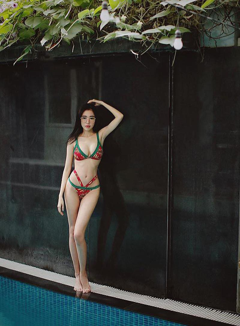 Chuyện gì đang xảy ra với Elly Trần: thân hình quá gầy rộc, xương xẩu nhô cả ra