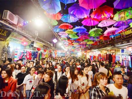 Clip: Hàng nghìn người đổ về phố đi bộ Vạn Phúc trong đêm khai mạc