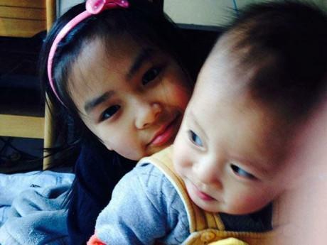 """Mẹ Nhật Linh: Chồng tôi bảo """"Chắc con lạnh lắm, hay mình bầu"""", không ngờ đẻ con gái"""