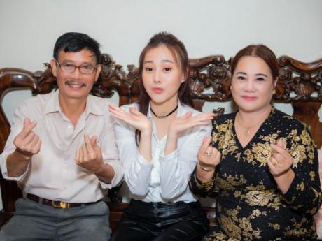"""Phương Oanh Quỳnh Búp Bê """"khoe"""" bố mẹ ở Hà Nam cùng giọng hát gây bất ngờ"""