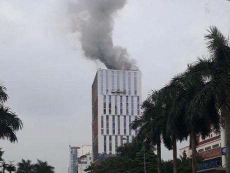 Building Hoàng Quốc Việt cháy lớn, xe cứu hỏa nối đuôi nhau tại hiện trường