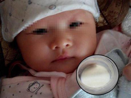 Bà chăm 3 tháng cháu béo không nhận ra, mẹ nếm thử bình sữa liền tức tốc đưa đi viện