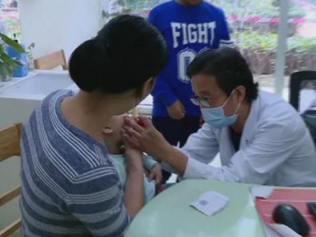 Bé 1 tuổi đi điều trị gãy xương chân, bác sĩ bất ngờ lấy ra 1 thứ trong dạ dày