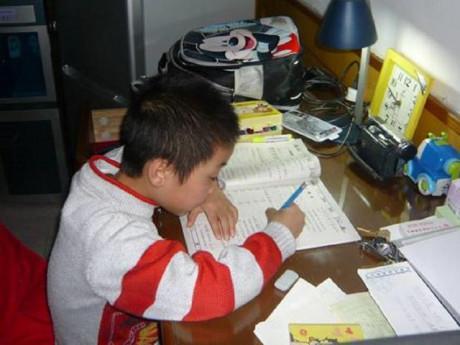 """Bé trai 9 tuổi nhảy lầu, để lại cho mẹ lời chua chát """"Con ước không phải đi học thêm"""""""