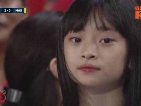 """3 giây lên sóng trận VN-Malaysia, bé gái khiến dân mạng nức nở """"ăn đứt các hotgirl trên khán đài"""""""