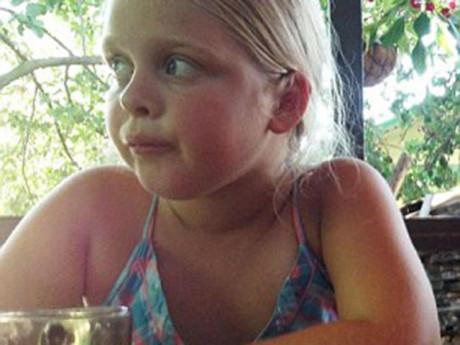 Bé gái 8 tuổi thành mồ côi vì cả nhà tử vong do sai lầm khi cất trữ thực phẩm