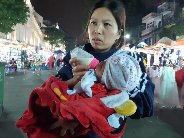 Bé 1 tháng tuổi ngủ vỉa hè chưa một lần được bú mẹ, 7 ngày tuổi đã phải lang thang