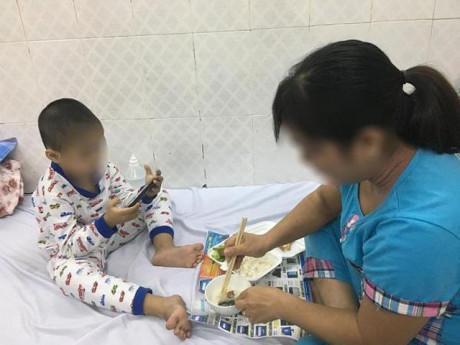 Ông bà dỗ cháu bằng điện thoại, mẹ Bình Định hốt hoảng thấy con 5 tuổi chưa biết nói