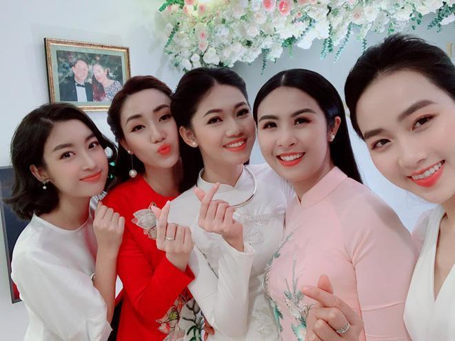 Sao Việt 24h: Cuối cùng, chồng hơn 16 tuổi cao 1m82 của Á hậu Thanh Tú đã lộ diện - 1