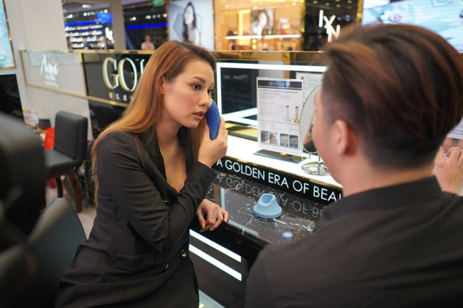 theo chan lilly nguyen kham pha cua hang moi cua aqua mineral va gold elements tai vincom dong khoi - 5