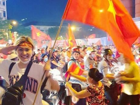 Đè bẹp Campuchia 3-0, cổ động viên ĐTQG Việt Nam nhuộm kín đường phố bằng sắc đỏ