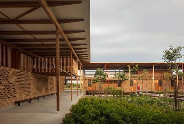 Ngôi trường giữa rừng bằng gỗ và gạch bùn cho học sinh nghèo cực chất - 1