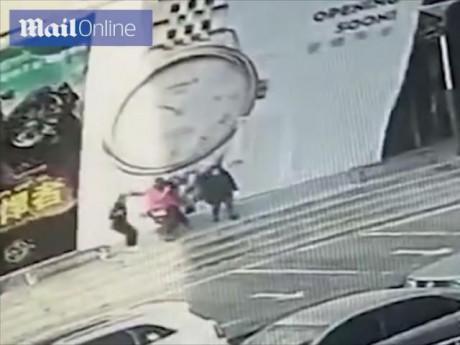 Đang đi đường, 4 người bất ngờ bị bảng hiệu khổng lồ đổ sập vào người