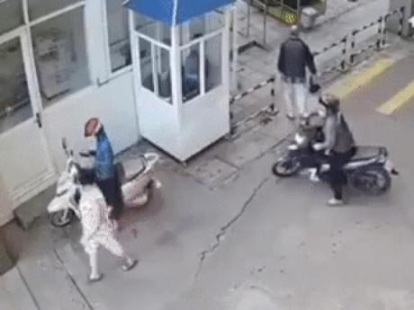 Sơ hở 1 giây, cô gái bị giật điện thoại giữa đường