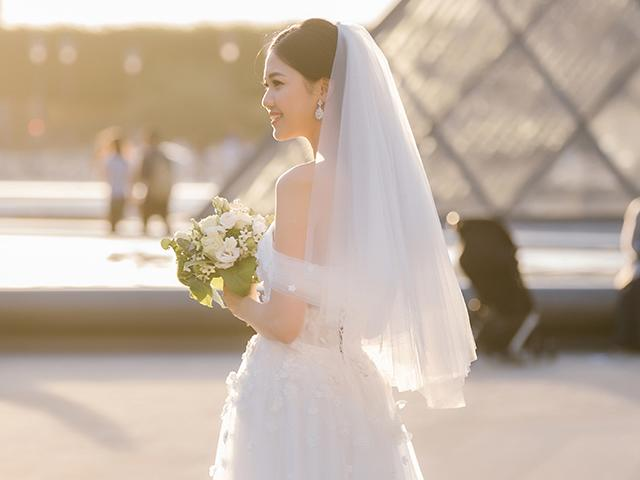 Á hậu Thanh Tú diện váy lộng lẫy, nắm chặt tay ông xã đại gia trong ngày cưới