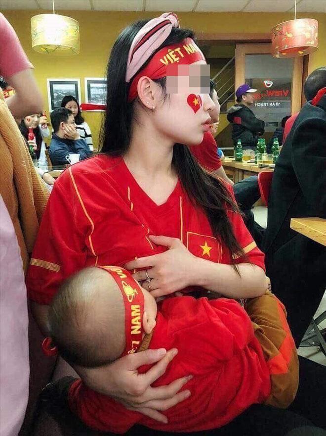 Vừa cổ vũ ĐT Việt Nam vừa vén áo cho con bú - hình ảnh đặc biệt nhất đêm qua