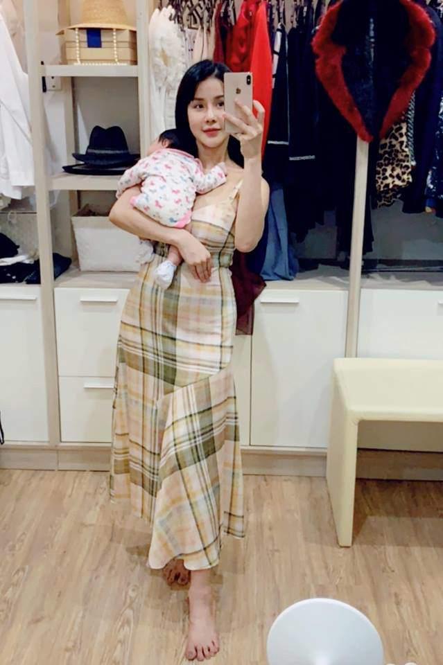 Lan dau Diep Lam Anh khoe canh cham con doi thuong, hoi bim sua nhin lai thay lo lang