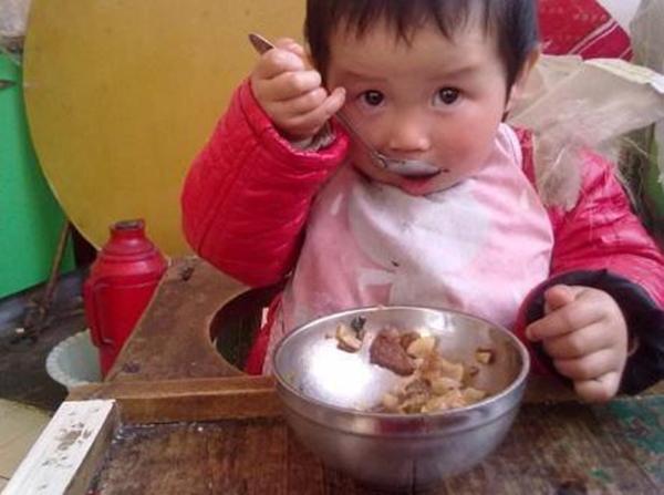 be 5 tuoi ho lau dan toi ton thuong la lach vi hang ngay an nhung thuc pham nay - 2