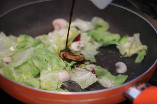 Không cần thịt, bắp cải đem xào với thứ này cũng hấp dẫn vô cùng - Ảnh 2.