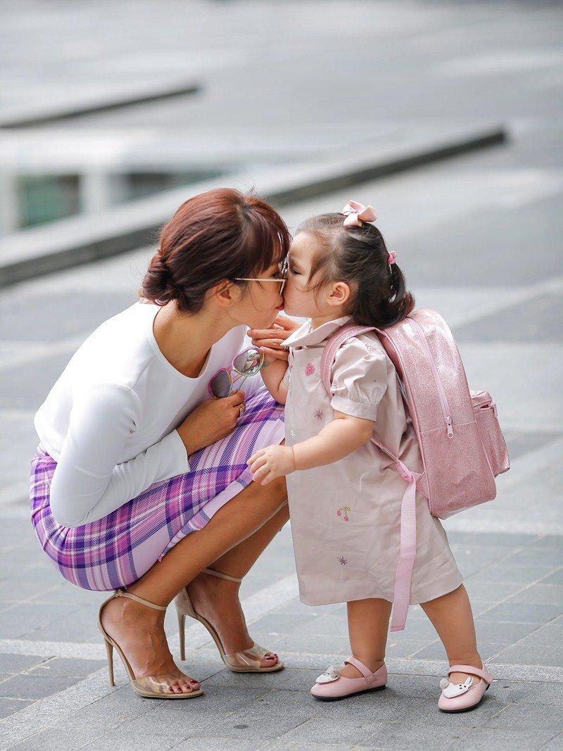Cô khuyên các bà mẹ trẻ, hãy là những người mẹ yêu thương, biết khơi gợi nguồn cảm hứng học hỏi, khám phá và nâng cánh ước mơ cho con.