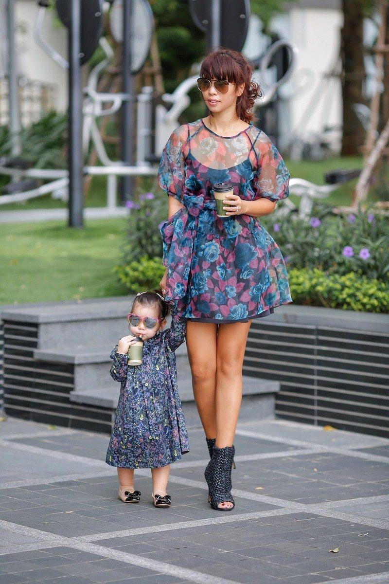 Cặp bà mẹ siêu mẫu Hà Anh -con gái lai Tây Myla liên tục 'đốn tim' cộng đồng mạng bằng những khoảnh khắc cực đáng yêu, sành điệu.