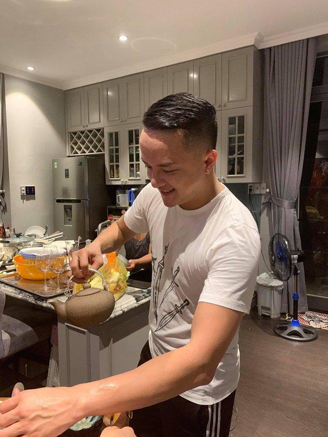 Cao Thái Sơn nấu ăn cho mẹ trong biệt thự 25 tỷ: amp;#34;Chàng trai bao cô chờ đợi đây rồiamp;#34; - 7