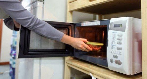 Đừng đặt lò vi sóng lên tủ lạnh, biết lý do tôi đã bỏ xuống ngay - 3
