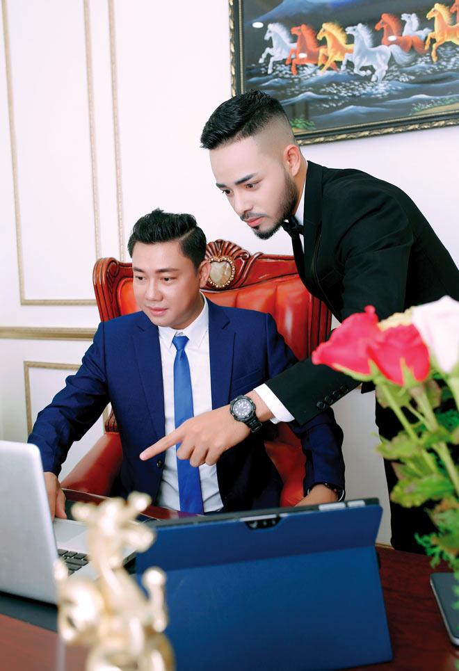 Phát sốt chàng doanh nhân khiến nhiều người phải ngất  ngây với vẻ đẹp trai phong độ - 1