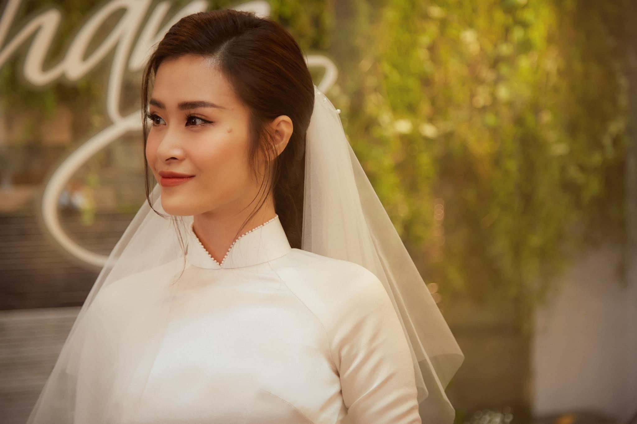 Đông Nhi trang điểm như không mà vẫn đẹp xuất sắc ngày làm vợ Ông Cao Thắng