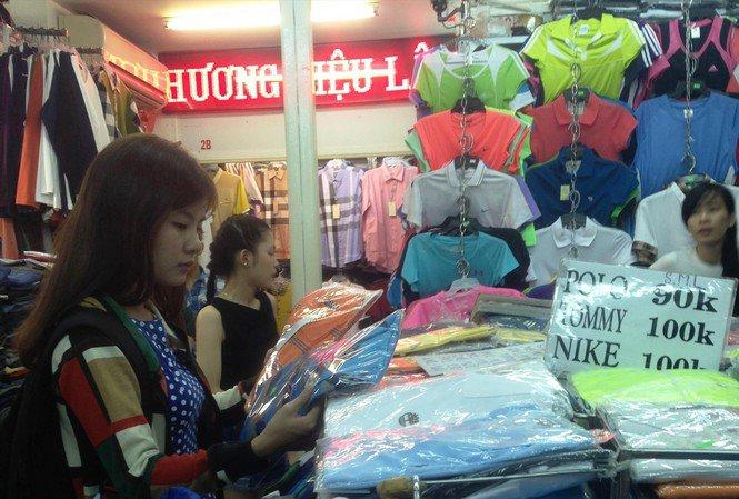 """Hàng nhái ngập """"chợ nhà giàu"""" Sài Gòn, tiểu thương công khai với khách chứ không lén lút"""