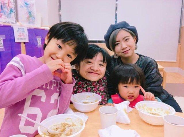 CôNatsuko hạnh phúc bên 2 đứa con.