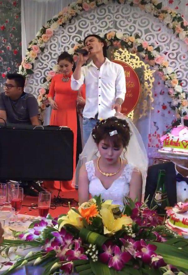 Cô dâu khóc ngất, chú rể hôn như nuốt... và những sự cố có 1-0-2 nhớ đời trong đám cưới - 7