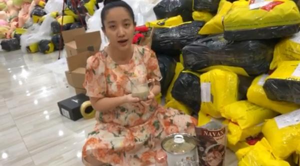 Trung thu vẫn chăm chỉ livestream bán hàng, vợ Lê Dương Bảo Lâm lại bị hỏi câu phẫn nộ - 1