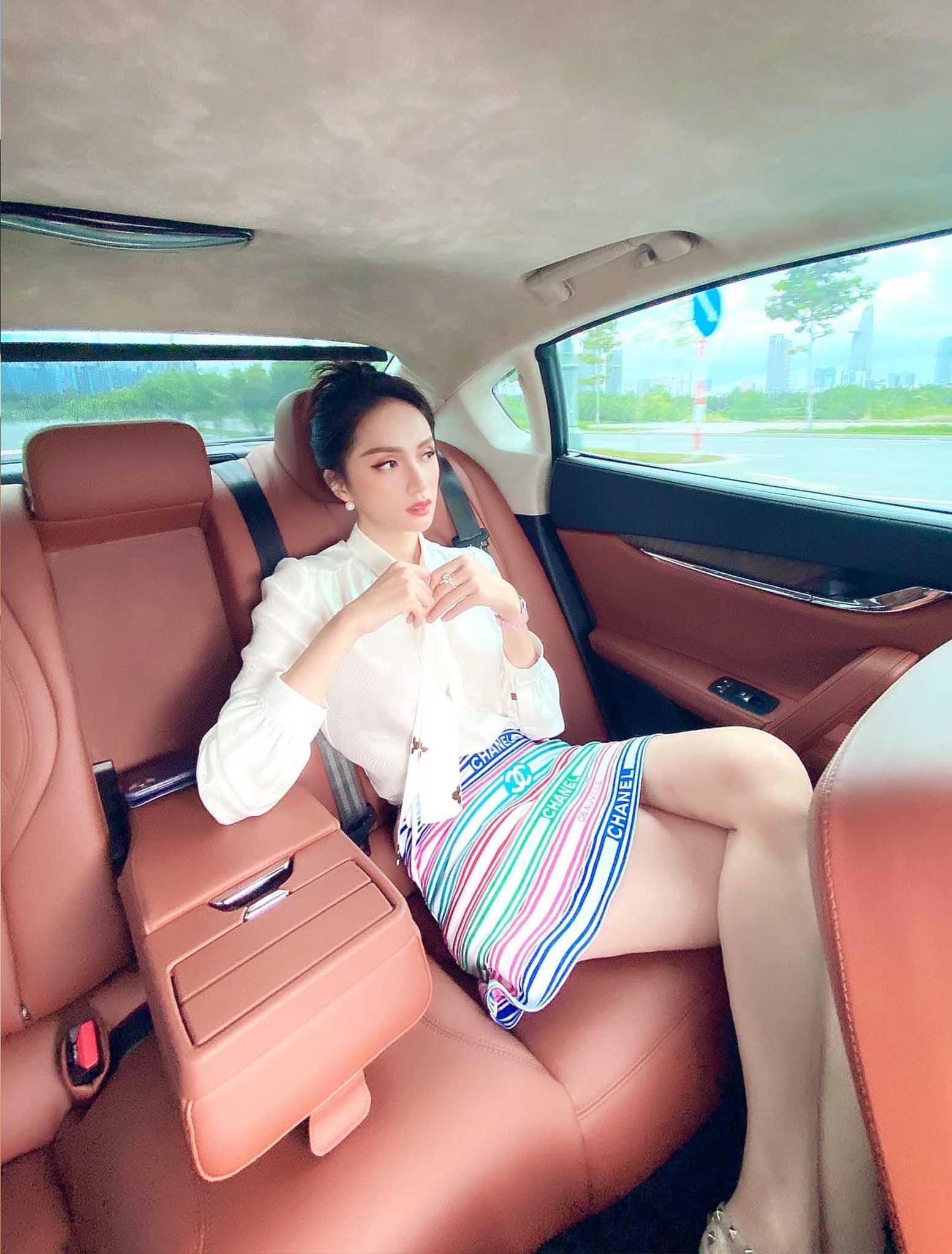Cứ mỗi lần ngồi xe sang, Hương Giang lại chiêu đãi fan xu hướng thời trang mới - 5