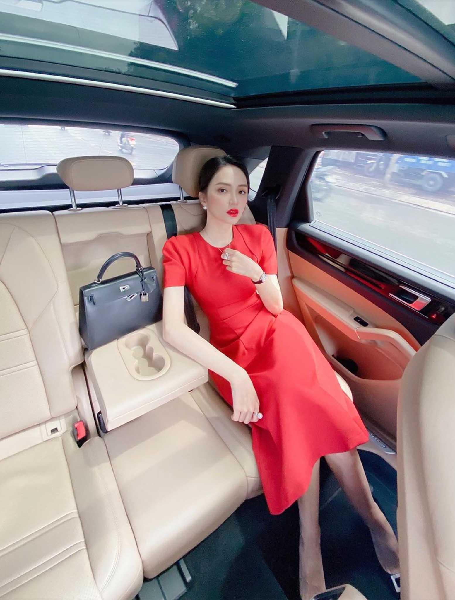 Cứ mỗi lần ngồi xe sang, Hương Giang lại chiêu đãi fan xu hướng thời trang mới - 3