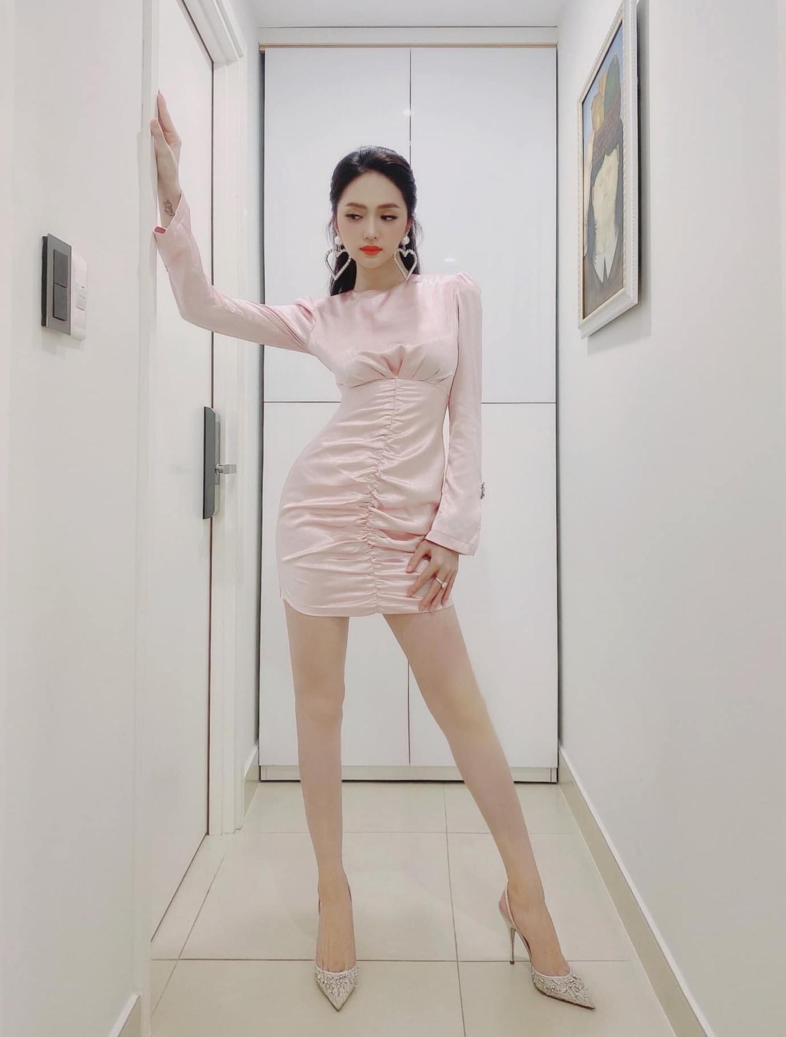 Cứ mỗi lần ngồi xe sang, Hương Giang lại chiêu đãi fan xu hướng thời trang mới - 7
