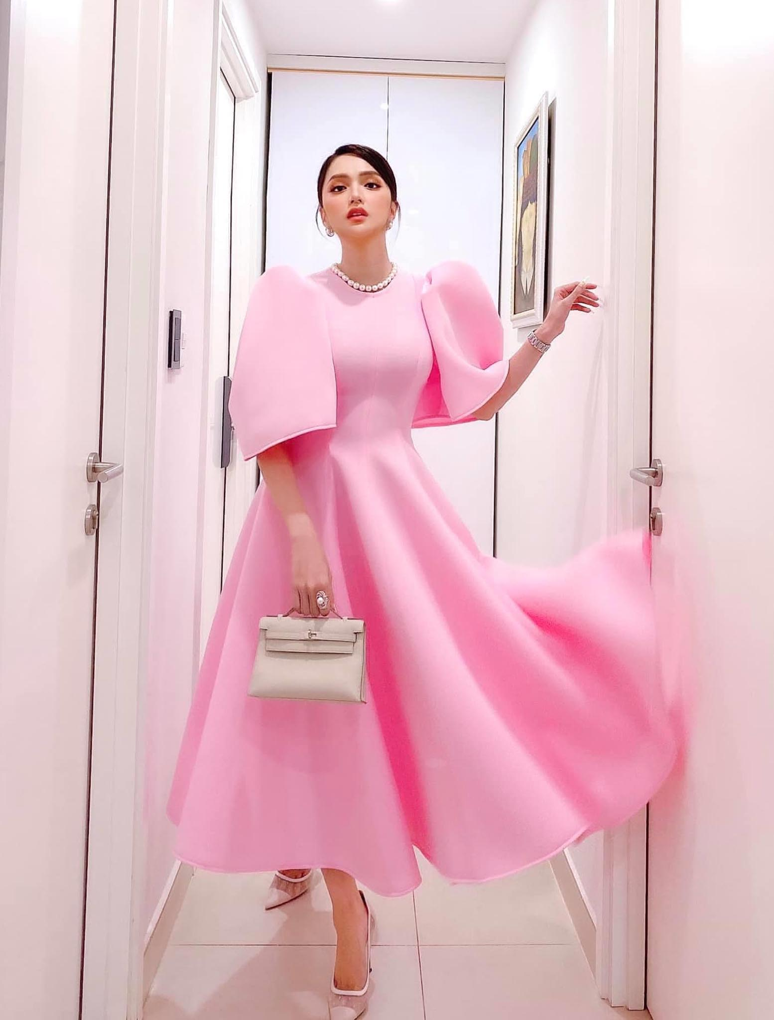 Cứ mỗi lần ngồi xe sang, Hương Giang lại chiêu đãi fan xu hướng thời trang mới - 9