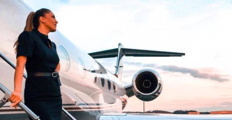 Nữ tiếp viên hàng không trên những chuyến bay siêu VIP tiết lộ góc khuất ít ai biết