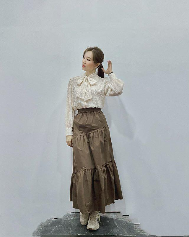 Khoe dáng trong chiếc váy như mượn của bà, Hari Won vẫn xinh xuất sắc - 3