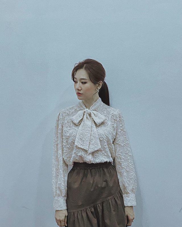 Khoe dáng trong chiếc váy như mượn của bà, Hari Won vẫn xinh xuất sắc - 1