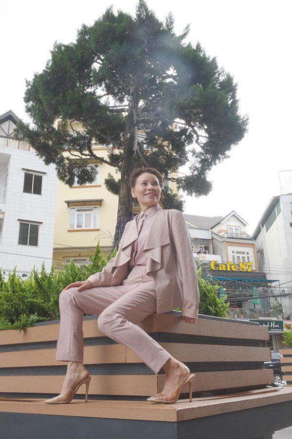 Mẹ Hồ Ngọc Hà U65 vẫn đứng vững trên giày cao gót nhờ tập luyện mỗi buổi sáng - 6