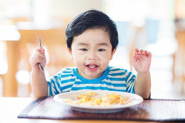 Uống nước tưởng dễ nhưng có 3 thời điểm cha mẹ không nên cho trẻ uống kẻo hỏng dạ dày - 4