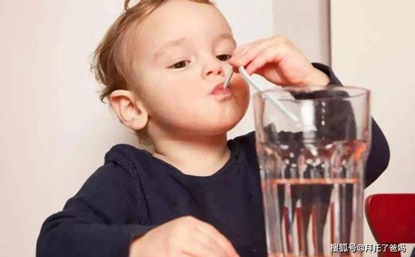 Uống nước tưởng dễ nhưng có 3 thời điểm cha mẹ không nên cho trẻ uống kẻo hỏng dạ dày - 1